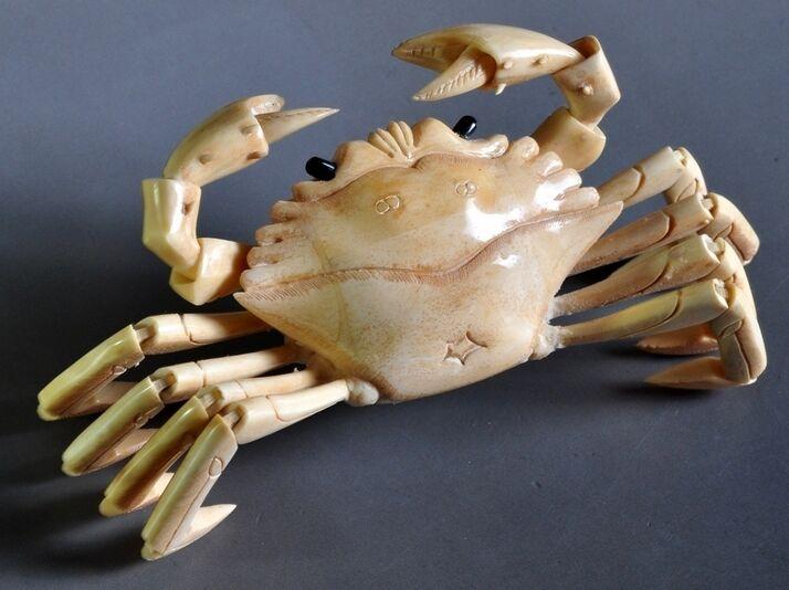 铜雕螃蟹(图一),这件清代末年所雕刻的螃蟹摆件,长25.