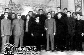 ▲ 周总理在福建厅(背后画为《厦鼓风光》)-杨夏林 艺术鼓浪屿先行