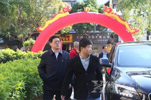张雄书画院美术馆馆长陈家心迎接徐里副主席