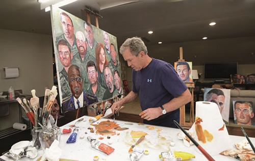 美国前总统小布什正在画画