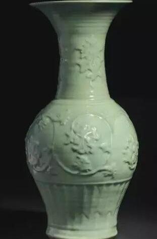 元十四世纪 龙泉青釉印缠枝牡丹纹凤尾尊 估价:美元 200,000 - 300,000 成交价:美元 727,500