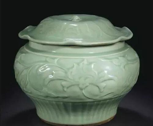 元十四世纪 龙泉青釉刻缠枝花纹荷叶盖罐 估价:美元 100,000- 150,000 成交价:美元 787,500