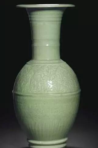 明十五世纪 龙泉青釉刻缠枝牡丹纹大瓶 估价:美元 100,000- 150,000 成交价:美元 295,500