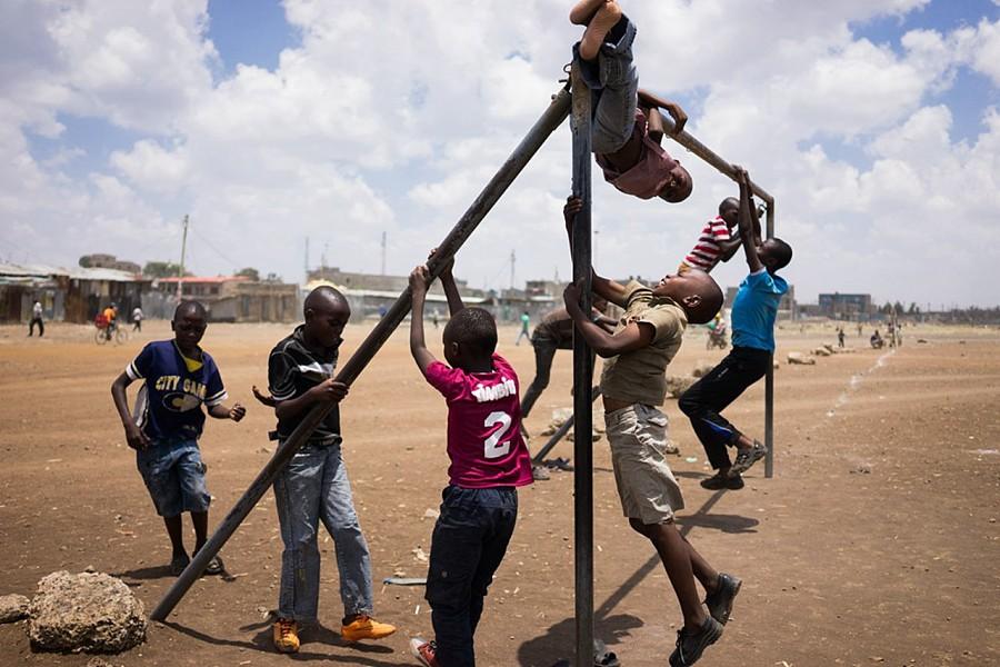 想起了中学的煤渣操场,那个时候,只要是一根铁杆,男孩子们都希望往上爬。