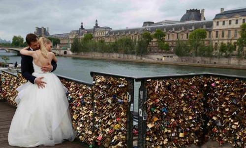"""巴黎当局2015年拆除了艺术桥上的""""爱情锁""""。"""