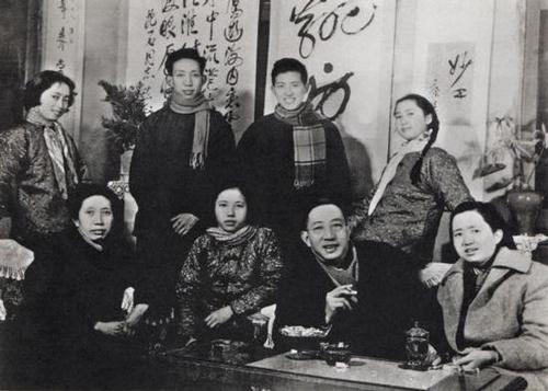 傅抱石全家1962年合影。前排左起:罗时慧、傅益玉、傅抱石、傅益珊。后排左起傅益璇、傅小石、傅二石、傅益瑶。