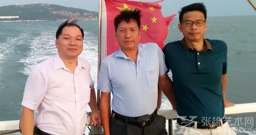 吴两同(中)与战友们在古雷海上巡查。左为芗城区委常委、宣传部长吴学恒,右为市委政法委机关党委副书记钟国荣