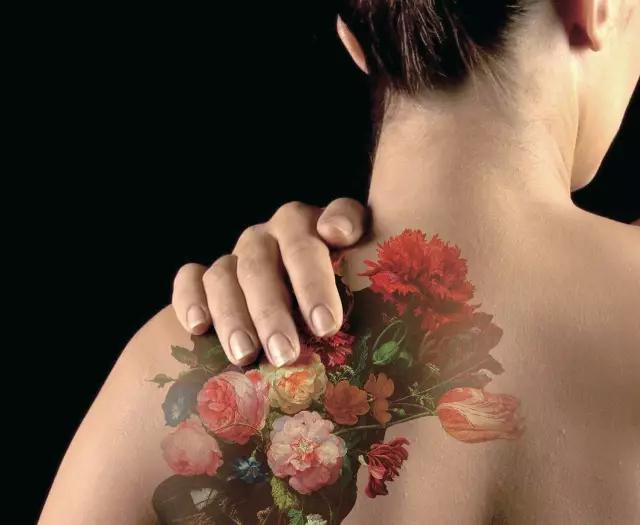 著名设计品牌 DroogDesign 工作室以荷兰国立博物馆所藏的17世纪油画《花朵与静物》创作的纹身作品。