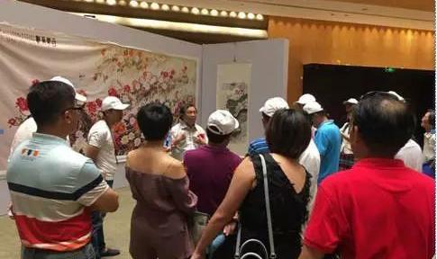 """""""岭南牡丹画王""""蔡天涛老师在展览会现场为观展嘉宾分享他与牡丹的一生情缘。"""