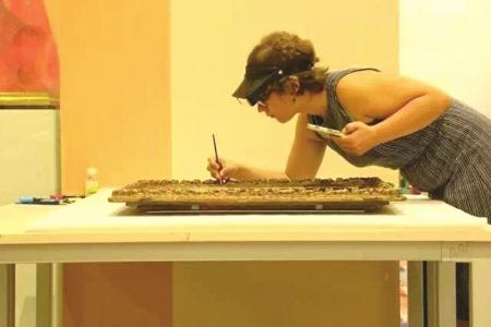 来自法国的展品修复师露易丝・克兰女士修复画作