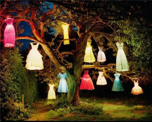 2004年意大利版《Vogue》杂志中蒂姆?沃克尔( Tim Walker)的作品《衣灯树》