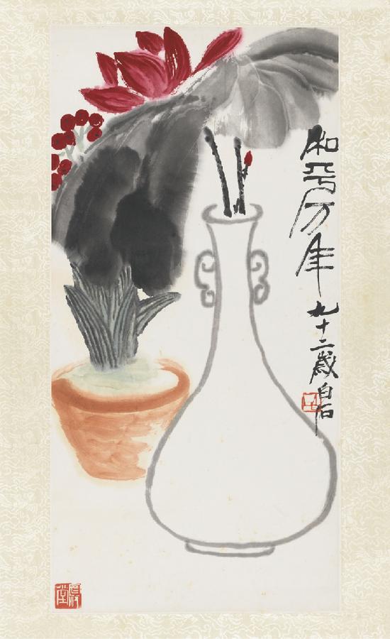 齐白石《和平万年》, 纸本设色,1952年,中国美术馆藏 齐白石被誉为二十世纪中国画艺术创作四大家之一,他是一位通才型的艺术家,诗、书、画、印全能,花鸟画、山水画、人物画兼擅,尤以花鸟画成就最高。齐白石用笔持重而劲健,主张造型介于似与不似之间,显现出既朴拙而又纯净的风度。这件作品是其晚年所作,题写和平万年的主题,与当年世界人民和平大会在奥地利维也纳召开的历史显现出关联性也是他作为一位老人,为民生祈福的最为朴素的美好祈愿。