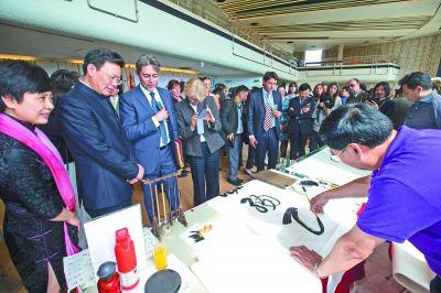 近日,在瑞士日内瓦联合国万国宫举行的中文日活动上,来宾观看书法家现场创作。 新华社发