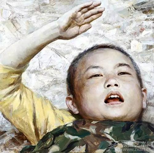 被救出的3岁儿童正在向解放军敬礼