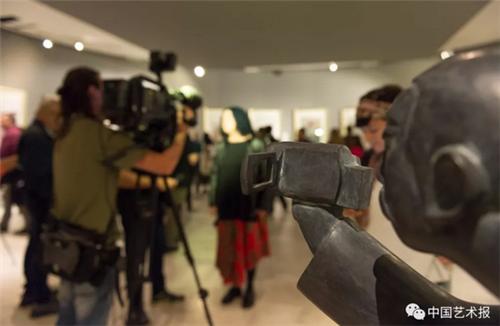 """当地时间5月10日晚,由中国美术家协会主办的""""艺术与和平——中国当代美术作品展""""在希腊第二大城市塞萨洛尼基市马其顿当代艺术博物馆开幕。图为展览现场  丁薇  张雪  摄"""