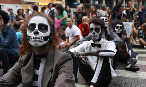 在巴西艺术家抗议文化经费被削减。照片: Press/CON/LatinContent/Getty Images