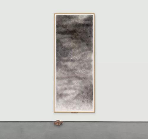 """大卫·哈蒙斯(David Hammons)的《吐出一块砖》(Throwing Up a Brick,1998)在Gouzer的""""注定失败"""
