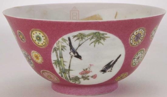故宫博物院藏清雍正胭脂红开光珐琅彩花鸟纹碗