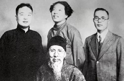 张次溪(着黑马褂)、小沢文四郎(着西服)