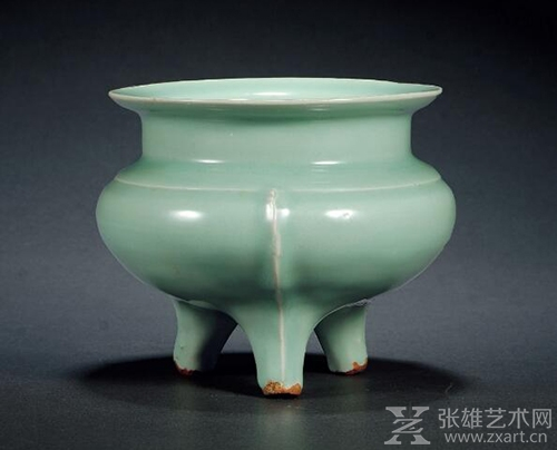 南宋·龙泉窑粉青釉鬲式炉 高:13.6cm 口径:16cm 来源:台湾私人珍藏,附原装老锦盒。 估价RMB:400,000-600,000