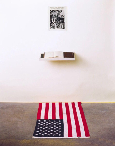 斯科特的作品《什么是展示美国国旗的正确途径?》装置图。图片:Courtesy of the artist