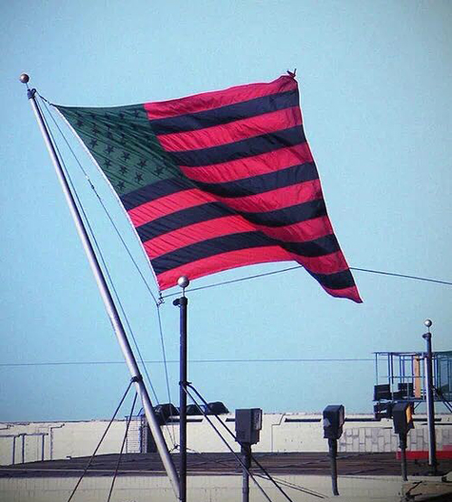 大卫·哈蒙斯(David Hammons),《非洲裔美国国旗》(1990)。图片:Courtesy of Wikimedia Commons