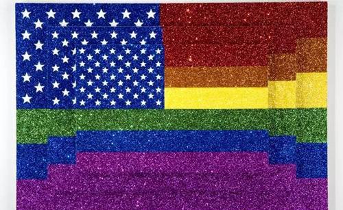 乔纳森·霍洛维茨(Jonathan Horowitz),《给贾斯珀艺术家男友风格的三彩虹美国旗帜》(2015)。图片:Courtesy of the artist