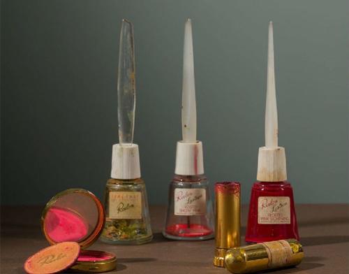 六色的化妆品,包括卡罗最喜欢的露华浓口红,色号Everything''s.Rosy