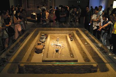 M184墓出土的身高1.9米男子骸骨,其葬式为大汶口文化葬式中的仰身直肢葬。