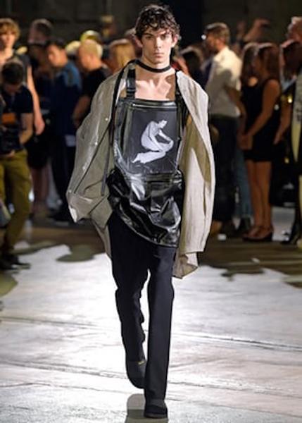 皮革上的裸体,模特身着拉夫•西蒙的罗伯特•梅普尔索普系列时装
