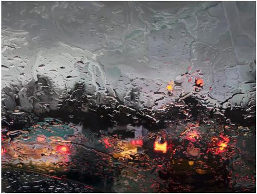 下雨天,一起撑伞走进艺术家创造的雨中景