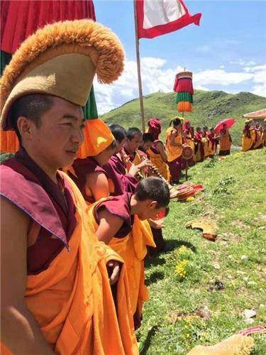 4000米海拔的巴郎寺奇缺水,僧人们没水喝:侯晓峰、陈家心爱心捐画筹款,呼吁爱心人士一起让600年古刹通水