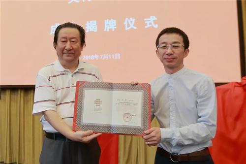 杨晓阳为王艺、徐涛、杨为民、王亮颁发聘任证书