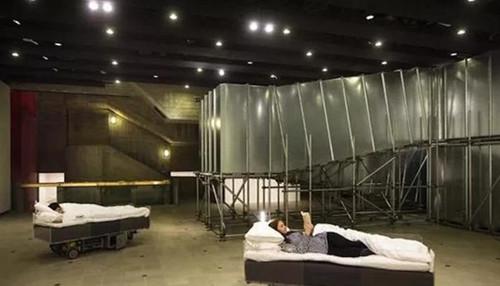 卡斯滕·霍勒,《两张移动的床(灰色)》。图片:by David Levene,致谢海沃德美术馆