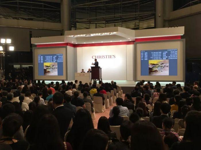 赵无极《22.07.64》一作,于拍卖厅现场竞投热烈。