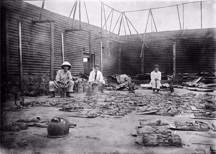 1897年,英国侵略者在被烧毁的贝宁宫殿中 图片:wikimedia