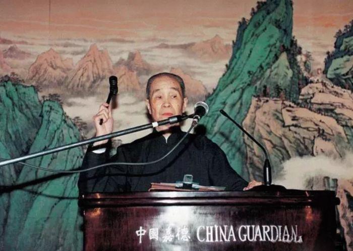 徐邦达先生为1994年中国嘉德首场拍卖敲响第一槌
